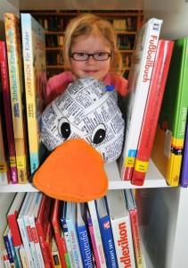 """Ehingen, Paual Print besucht die """"Schmökerecke"""" der Gemeindebücherei, wo die Kinder der Pferde- und Drachengruppe des Kinderhauses Ringelreihen ihren """"Bibliotheksführerschein"""" machen, Marie Zeigt Paula die vielen verschiedenen Bücher"""